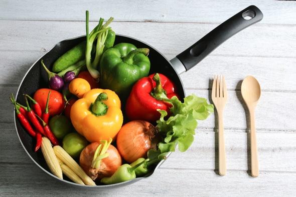 Rohe Paprika, Zwiebeln und anderes Gemüse in einer Pfanne