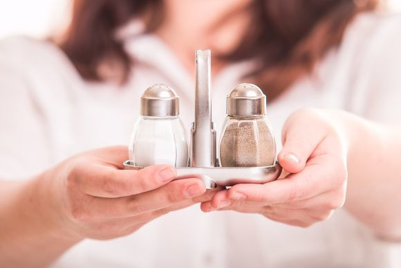 Salz- und Pfefferstreuer in Händen