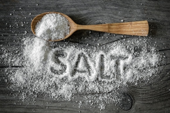 Salz auf Holztisch verteilt