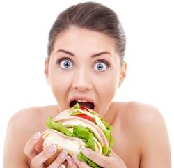Schockierte Frau, die Brot isst