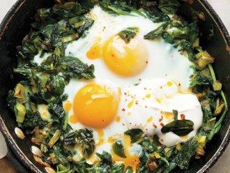 In der Pfanne gebackene Eier mit Spinat, Joghurt und Chiliöl