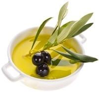 Kleine Schüssel mit Oliven und Olivenöl
