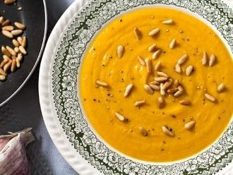 Süßkartoffel, karamellisierter Knoblauch und geröstete Pinienkernen-Suppe
