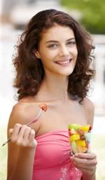 Teenager-Mädchen, das Obst isst