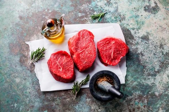 Drei Fleischstücke auf einem Marmortisch