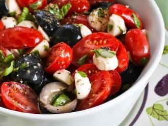 Tomaten-, Oliven- und frischer Mozzarella-Salat mit Basilikum-Vinaigrette