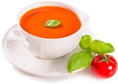 Tomaten, Tomatensuppe und Basilikumblätter