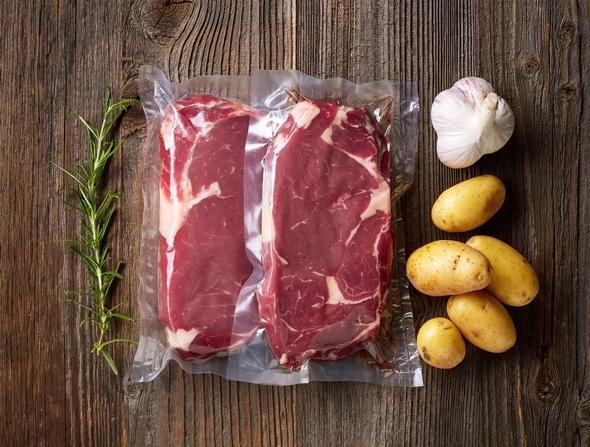 Vakuumverpacktes Fleisch, bereit zum Sous-Vide-Kochen