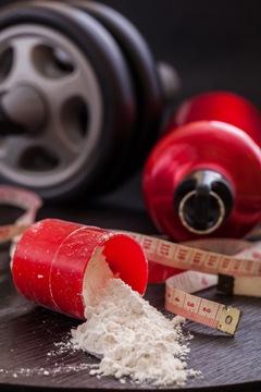 Gewichte, Maßband und Proteinpulver