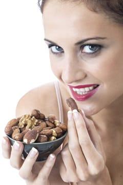 Frau, die Mandeln isst