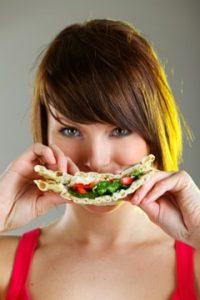 Frau, die Brot isst
