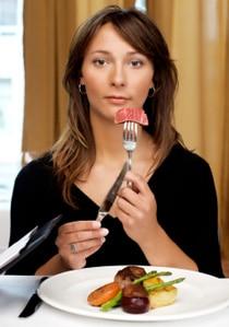 Frau, die Fleisch isst