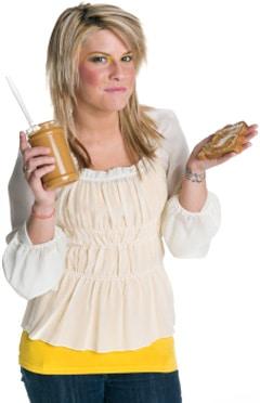 Frau, die ein Glas Erdnussbutter hält