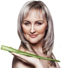 Frau, die Aloe-Blatt hält