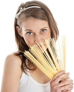 Frau hält Spaghetti