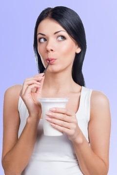 Frau, die über Joghurt nachdenkt