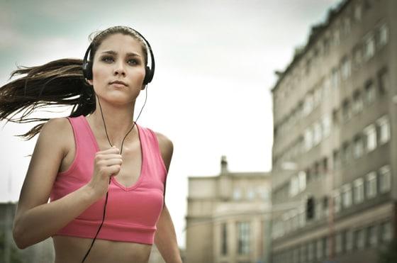 Frau läuft mit Kopfhörern