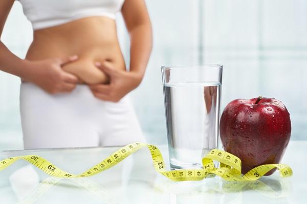 Frau, die versucht, Gewicht zu verlieren, das Äpfel isst