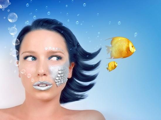 Frau unter Wasser, Goldfisch anstarrend
