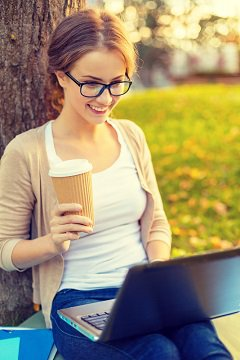 Frau mit Kaffee Lesung auf Laptop