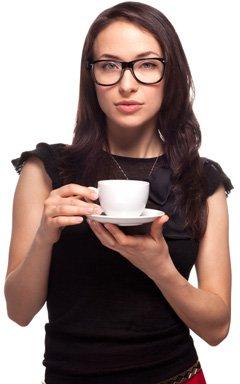 Frau mit Gläsern, die eine Tasse Kaffee halten