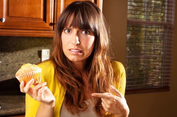 Frau fragt sich, ob sie Muffin essen soll