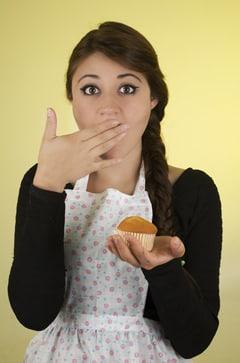 Junge Brünette mit einem Muffin
