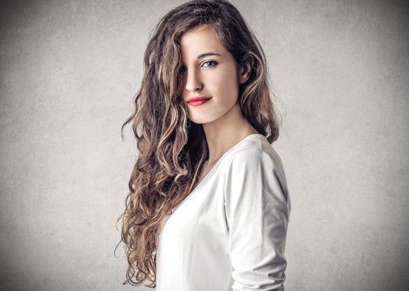 Junge Brünette mit langem lockigem Haar