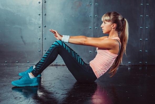 Junge Frau, die Bodenübungen macht
