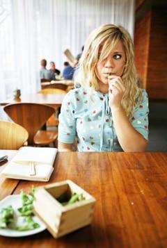 Junge Frau, die Edamame isst